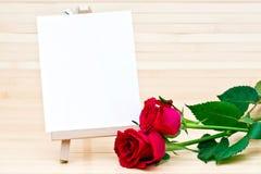 Rote Rosen und unbelegtes Zeichen Lizenzfreie Stockbilder