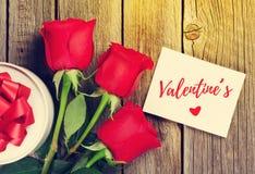 Rote Rosen und Valentinsgrußtagesgrußkarte stockbilder