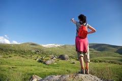 Rote Rucksackfrau, die Gredos Berg zeigt Stockfotos