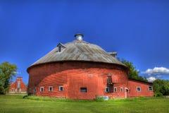 Rote runde Scheune mit Kirche Lizenzfreie Stockfotografie