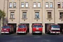 Rote russische feuerbekämpfende Fahrzeuggarage Lizenzfreie Stockfotos