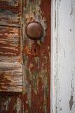 Rote rustikale Tür mit weißem Rahmen lizenzfreies stockbild