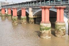 Rote Säulen in der Themse zwischen Blackfriars-Straßenbrücke Lizenzfreie Stockfotos