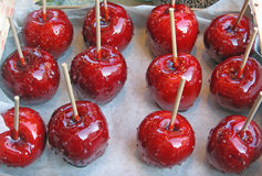 Rote süße Kirschen und Äpfel im Sirup Stockfotografie