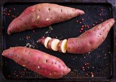 Rote Süßkartoffel über rustikalem Metallbehälter Stockfoto