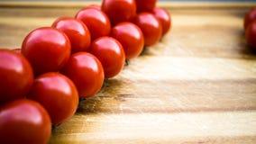 Rote saftige Tomaten auf einem Schneidebrett Stockfotos