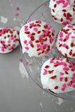 Rote Samt-kleine Kuchen Stockbilder
