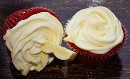 Rote Samt-kleine Kuchen Lizenzfreies Stockfoto
