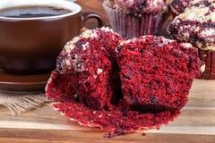 Rote Samt-Schokolade Chip Cupcake lizenzfreie stockfotos
