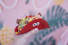 Rote Samt-Waffel mit Eiscreme stockfoto