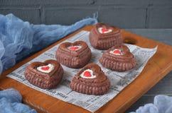 Rote Samtkleine kuchen mit Dekorationen für Valentinsgrußtag Lizenzfreie Stockfotos