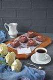 Rote Samtkleine kuchen, -Tasse Kaffee und -rosen mit Dekorationen für Valentinsgrußtag Lizenzfreie Stockfotos