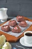 Rote Samtkleine kuchen, -Tasse Kaffee und -rosen mit Dekorationen für Valentinsgrußtag Lizenzfreie Stockfotografie