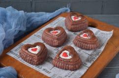 Rote Samtkleine kuchen, Tasse Kaffee und rote Rosen mit Dekorationen für Valentinsgrußtag Lizenzfreies Stockbild