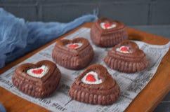 Rote Samtkleine kuchen, Tasse Kaffee und rote Rosen mit Dekorationen für Valentinsgrußtag Lizenzfreies Stockfoto