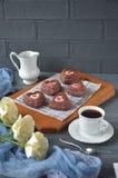 Rote Samtkleine kuchen, Tasse Kaffee und weiße Rosen mit Dekorationen für Valentinsgrußtag Stockfoto