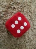 Rote Samtw?rfel mit der Nr. sechs zu spielen stockfoto