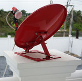 Rote Satellitenschüssel Stockfoto