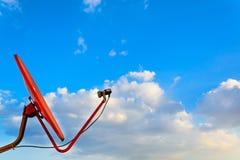 Rote Satellitenschüssel mit blauem Himmel Lizenzfreie Stockfotos