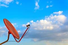 Rote Satellitenschüssel mit blauem Himmel Stockfoto