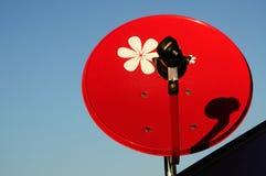 Rote Satellitenschüssel mit blauem Himmel Stockfotos
