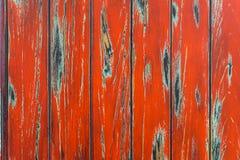 Rote schäbige gemalte alte hölzerne Planken der Weinlese mit Sprüngen und Kratzern für natürliches Design, Muster, Dekoration Lizenzfreie Stockfotos
