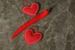 Rote schöne Herzen mit rotem Pfeffer auf Marmorhintergrund Valentinsgruß `s Tag stockfoto