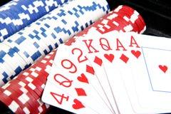 Rote Schürhakenkarten und verschiedene Chips Stockbilder