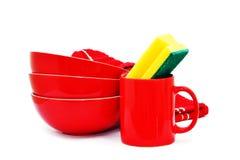 Rote Schüsseln, Becher, Tuch und Schwamm Stockfotos