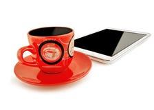 Rote Schale mit einer Untertasse und dem Tablet-Computer auf einem weißen backgro Lizenzfreies Stockbild