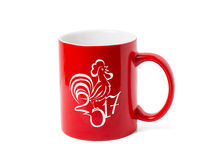 Rote Schale und eine stilisierte Zeichnung eines Hahns Lizenzfreie Stockfotografie