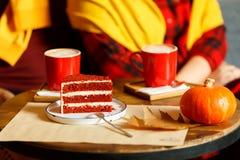 Rote Schalen mit Kaffee und rotem Kuchen mit Himbeeren Lizenzfreies Stockbild