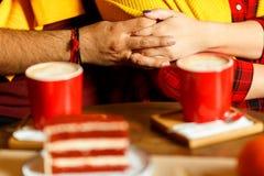 Rote Schalen mit Kaffee und rotem Kuchen mit Himbeeren Lizenzfreies Stockfoto