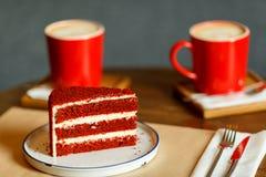Rote Schalen mit Kaffee und rotem Kuchen mit Himbeeren Stockbilder