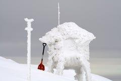 Rote Schaufel im Schnee Lizenzfreies Stockbild