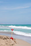 Rote Schaufel im Strand Stockfoto
