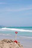 Rote Schaufel im Strand Stockbild