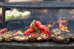 Rote Scheiben des grünen Pfeffers und der Kartoffel sind gekochte Grilloberfläche Lizenzfreie Stockfotografie