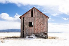 Rote Scheune Colorados auf dem Schneegebiet stockfotos