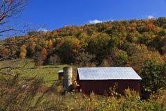 Rote Scheune in den Bergen Stockfoto