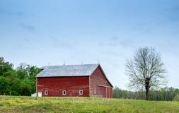 Rote Scheune der Weinlese auf einem Bauernhofgebiet stockfotos