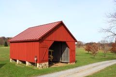 Rote Scheune im Ackerland Lizenzfreies Stockbild