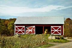 Rote Scheune im Mais Stockfotos