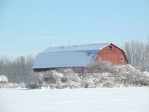 Rote Scheune im Schnee lizenzfreie stockfotografie