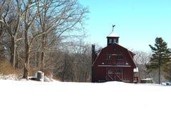 Rote Scheune im Schnee Stockfoto