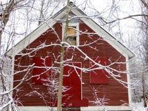 Rote Scheune im Winter stockfoto