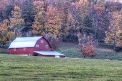 Rote Scheune mit Autumn Background Stockbild