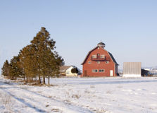 Rote Scheune nahe Emmett, Idaho im Winter lizenzfreie stockfotos