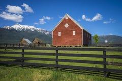 Rote Scheune in Oregon stockbilder