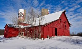 Rote Scheune und Schnee Lizenzfreie Stockfotografie